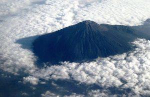 gunung slamet meletus pulau jawa terbelah